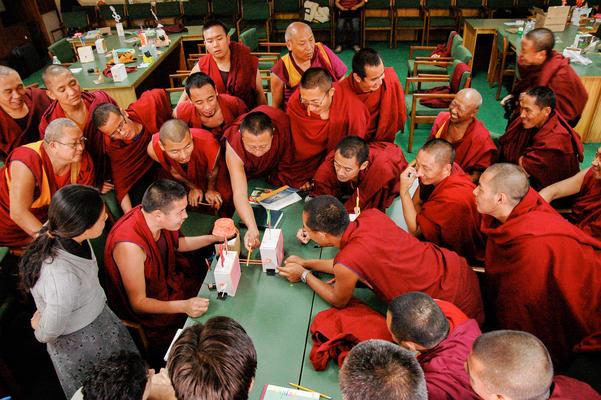 Monges budistas visitam o museu Exploratorium de São Francisco (EUA)