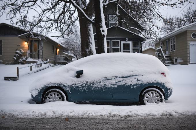 Midwest Snow Storm Puts Hamper On Thanksgiving Holiday Travel