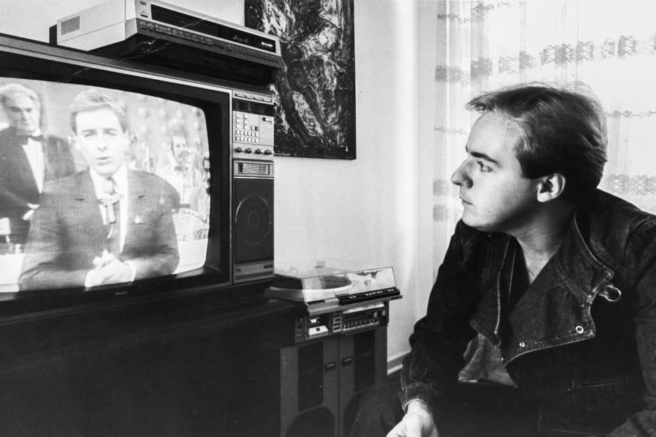 Gugu assistindo a si mesmo na TV