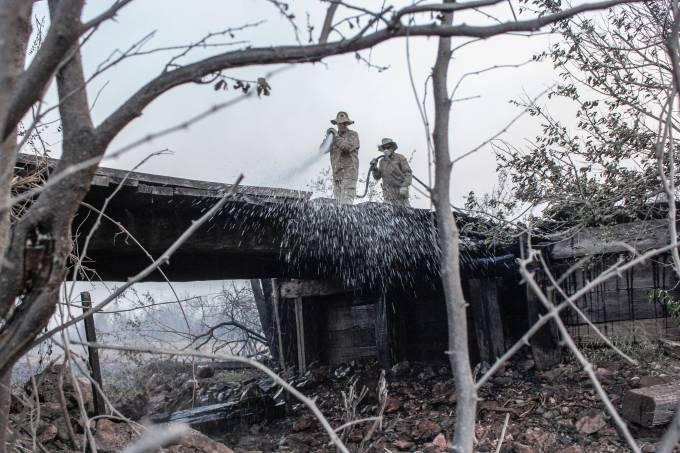 Bombeiros apagam incêndio florestal que atinge o Pantanal, no Mato Grosso do Sul
