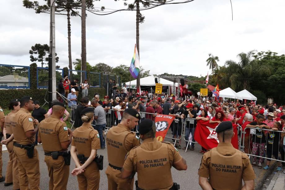 Apoiadores do ex presidente Luiz Inácio Lula da Silva se concentram na frente da sede da Polícia Federal, em Curitiba