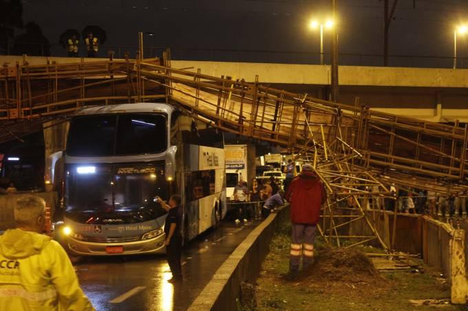 Desabamento de passarela de apoio na Marginal Tietê.