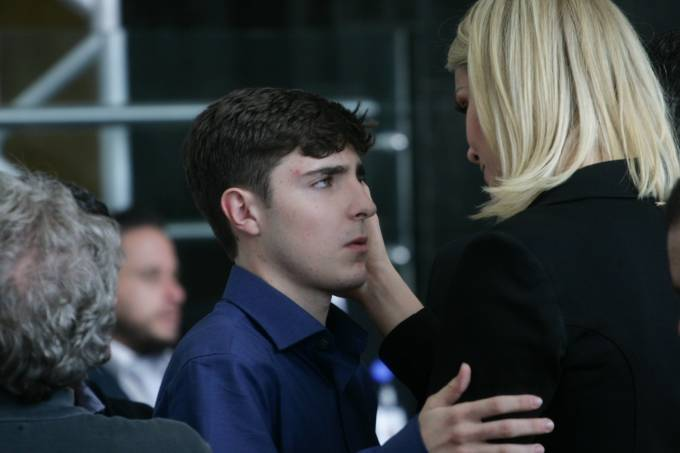 A apresentadora Ana Hickmann cumprimenta João Augusto, filho do apresentador Gugu