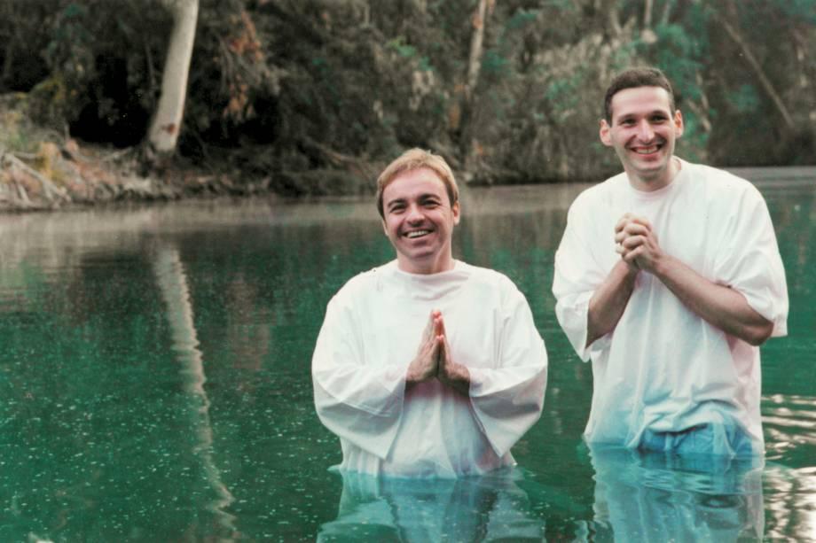 Gugu com padre Marcelo Rossi, no rio Jordão, onde ele foi batizado, em Yadernit, Israel, em dezembro de 1999
