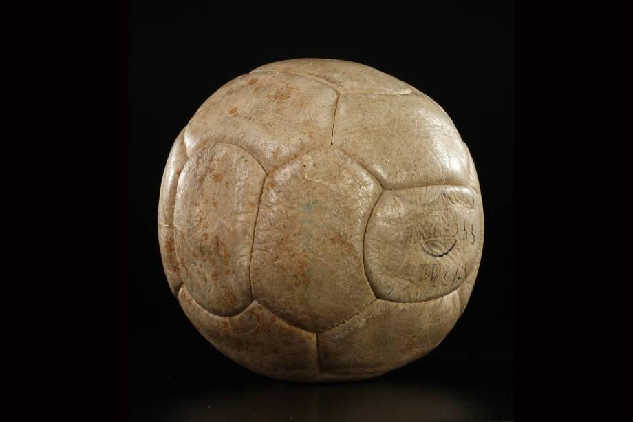 A bola de couro original de 1969, com a qual Pelé marcou seu milésimo gol