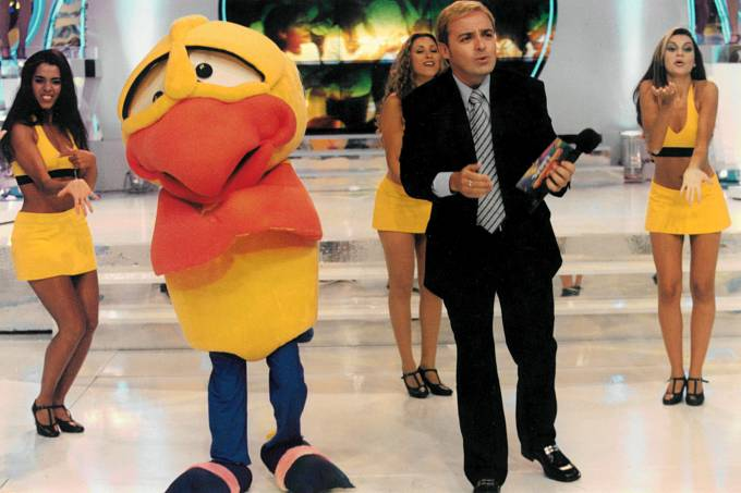 """Gugu apresentando o programa """"Domingo Legal"""", em fevereiro de 1999"""