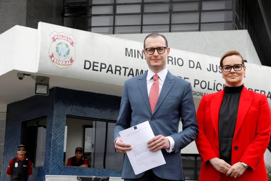 Zanin e Valeska T. Martins, advogados que representam o ex-presidente brasileiro Luiz Inácio Lula da Silva, são vistos em frente à sede da Polícia Federal, em Curitiba