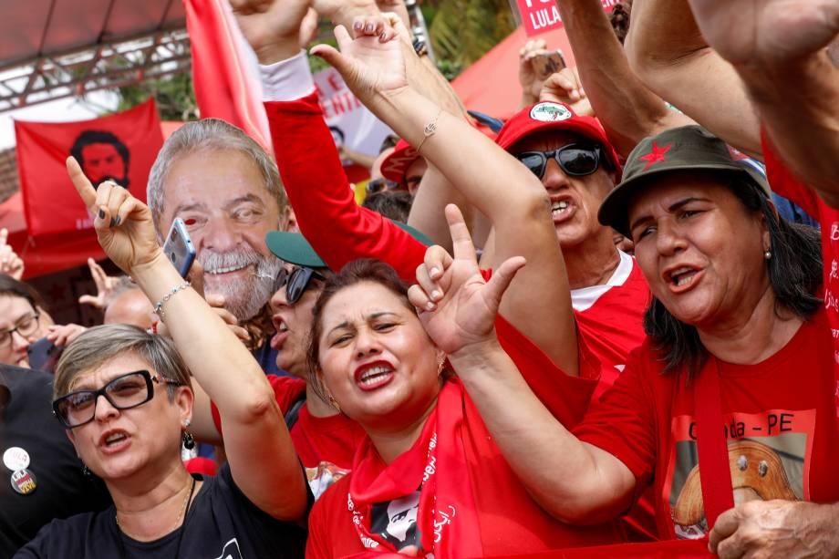Apoiadores do ex-presidente do Brasil, Luiz Inácio Lula da Silva, fazem um gesto fora da sede da Polícia Federal, em Curitiba