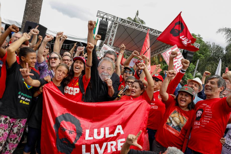 Apoiadores do ex-presidente do Brasil, Luiz Inácio Lula da Silva, fazem um gesto fora da sede da Polícia Federal, onde Lula cumpre pena de prisão, em Curitiba.