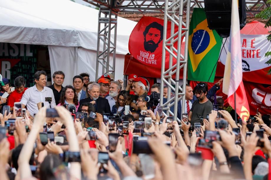 Lula falando aos apoiadores em frente à sede da PF, em Curitiba