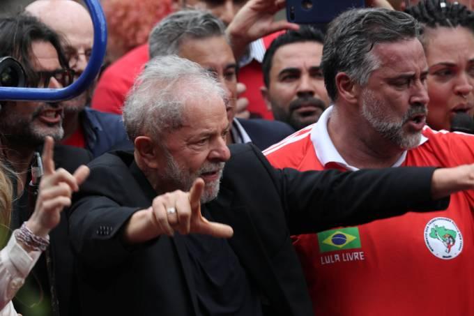O ex-presidente Luiz Inácio Lula da Silva chega ao Sindicato dos Metalúrgicos do ABC para fazer discurso à militância