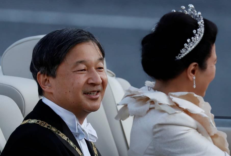 O imperador japonês Naruhito sorri para a população durante desfile real em Tóquio.