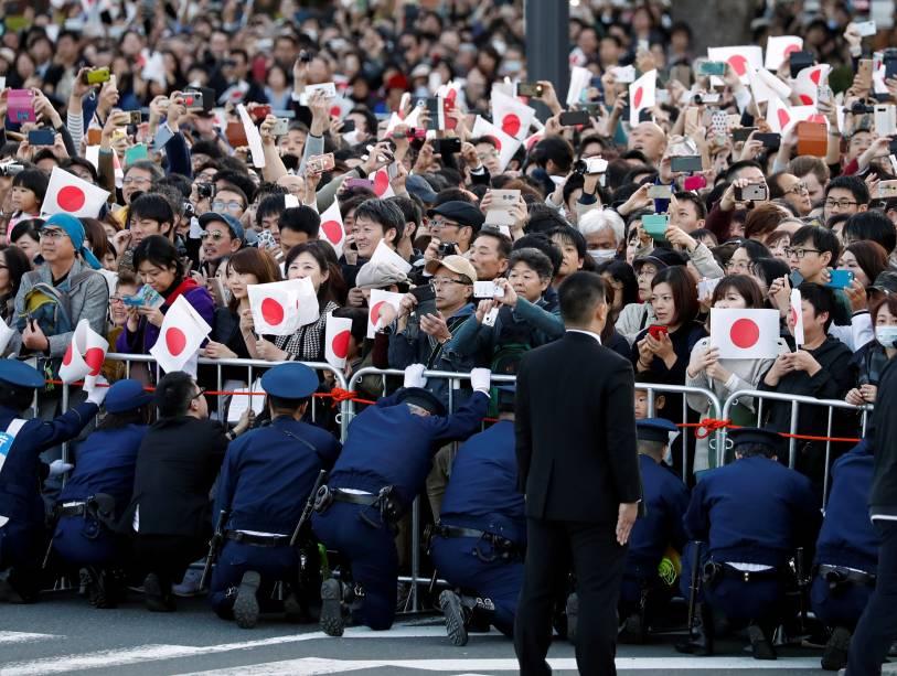 Mais de 100.000 simpatizantes assistiram e aplaudiram o desfile do imperador Naruhito e da imperatriz Masako, em Tóquio.