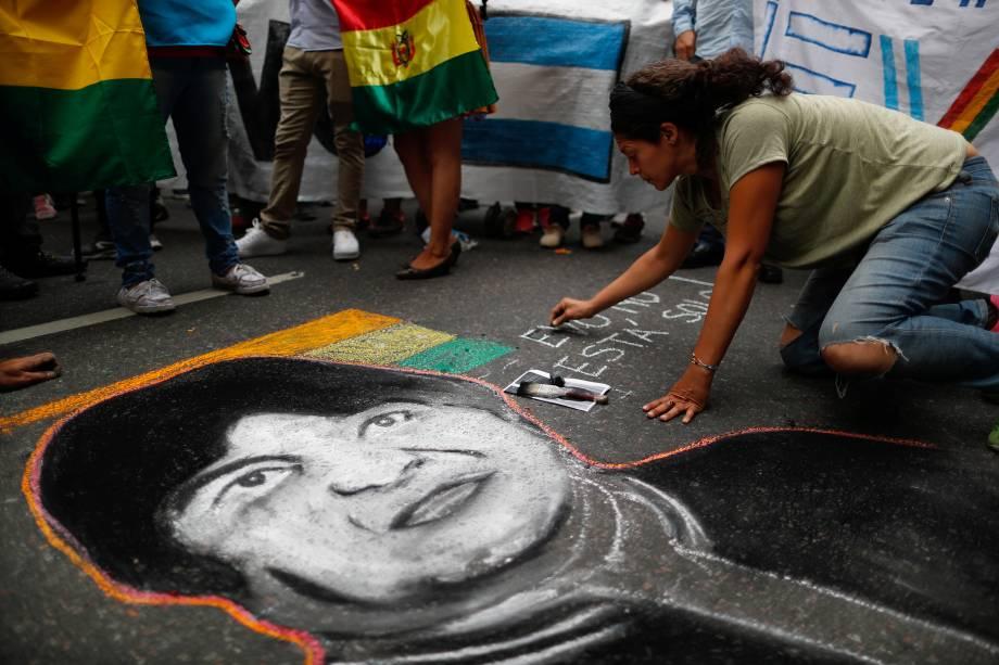 Uma pessoa faz um desenho representando o presidente boliviano Evo Morales durante uma manifestação para apoiá-lo depois que ele anunciou sua renúncia no domingo, em Buenos Aires, Argentina.