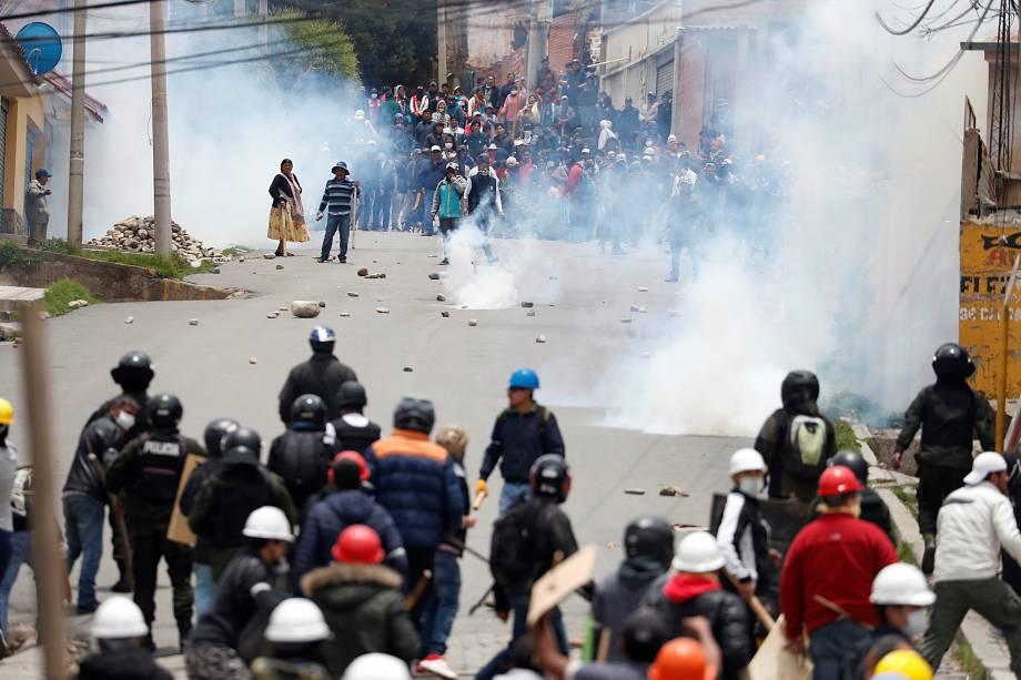 Partidários do presidente boliviano Evo Morales e da oposição se chocam durante um protesto depois que Morales anunciou sua renúncia no domingo, em La Paz Bolívia.