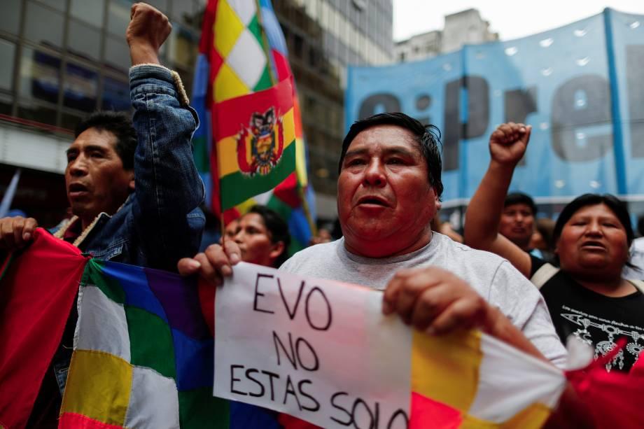 """Uma pessoa segurando um cartaz com a inscrição """"Evo, você não está sozinho"""" participa de uma manifestação em apoio ao presidente boliviano Evo Morales depois que ele anunciou sua renúncia no domingo, em Buenos Aires, Argentina."""