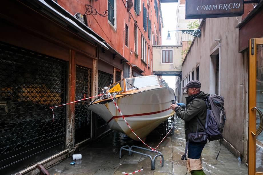 Um barco levado pelas inundações ficou preso nas ruas de Veneza, Itália - 13/11/2019