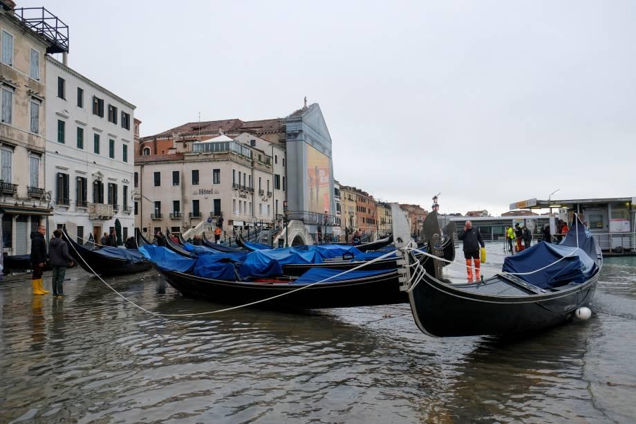 Gôndolas levadas pelas inundações em Veneza, Itália - 13/11/2019