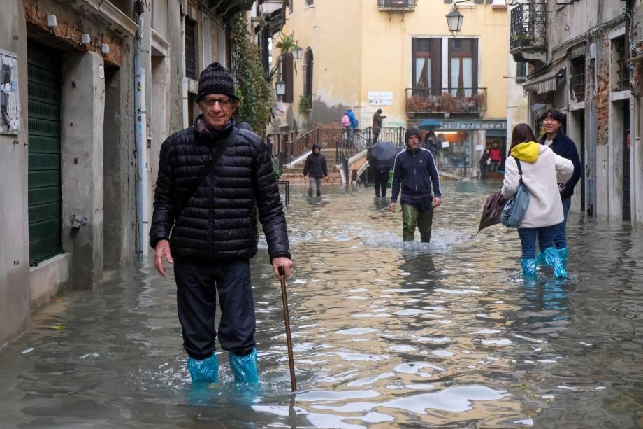 Pessoas andando nas ruas inundadas de Veneza - 13/11/2019