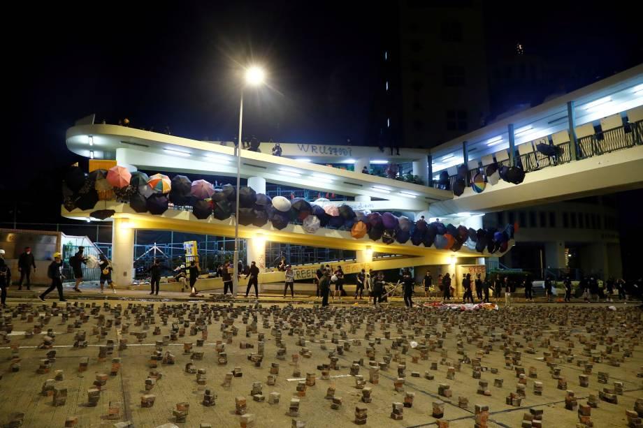 Pedras são vistas espalhadas na estrada para impedir que a polícia chegue ao campus ocupado da Universidade Batista em Hong Kong, China
