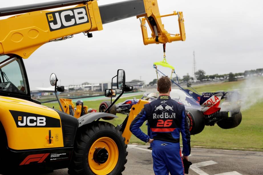 Daniil Kvyat da Toro Rosso após bater durante o treino classificatório