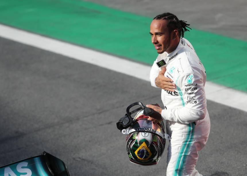 Lewis Hamilton da Mercedes comemora após terminar em terceiro lugar na qualificação