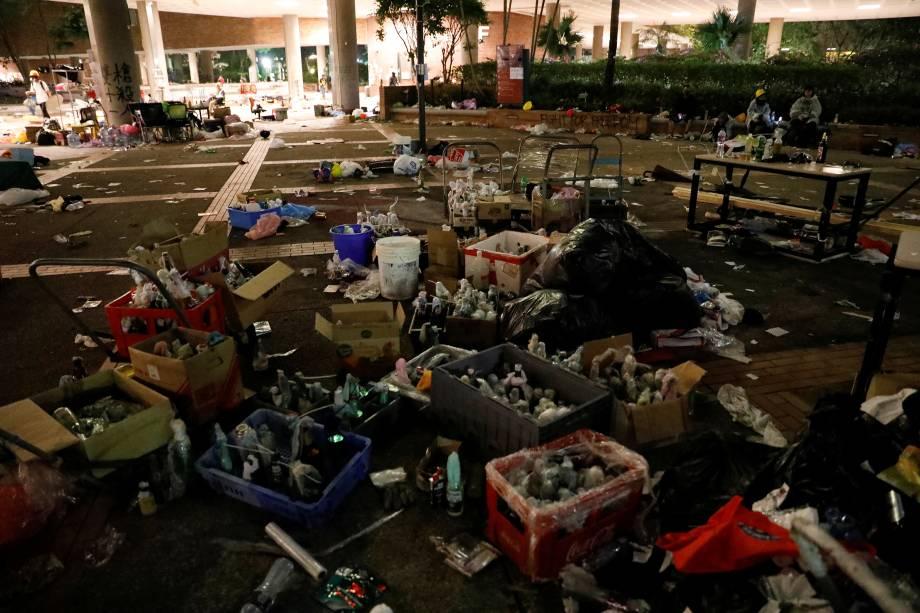 Uma visão dos pertences e suprimentos deixados pelos manifestantes antigovernamentais após a rendição no campus da Universidade Politécnica de Hong Kong