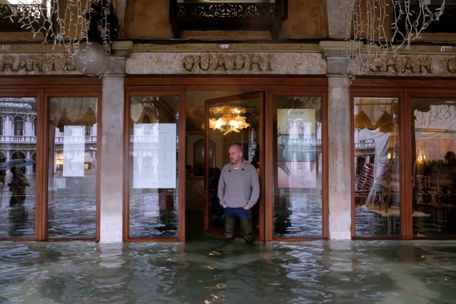 Um homem do lado de fora de um estabelecimento na Praça de São Marcos, em Veneza, que também foi atingida pelas tempestades — 24/11/2019