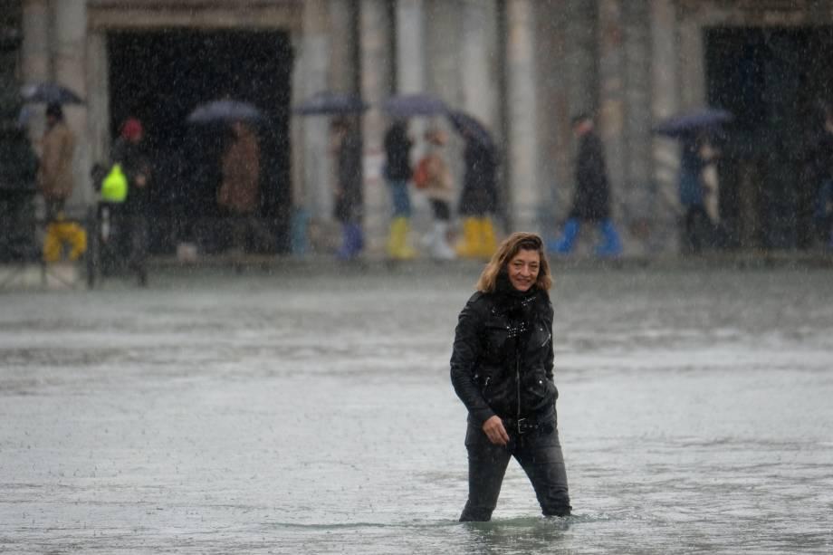 Uma mulher atravessa a inundada Praça de São Marcos em Veneza, Itália — 24/11/2019