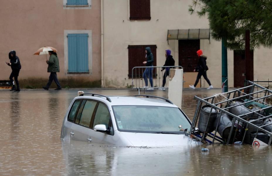 Um carro parcialmente submerso é visto em uma rua inundada após fortes chuvas em Le Muy, França — 24/11/2019