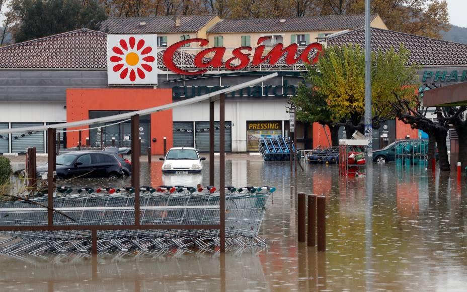 Estacionamento alagado após fortes chuvas em Le Muy, França —24/11/2019