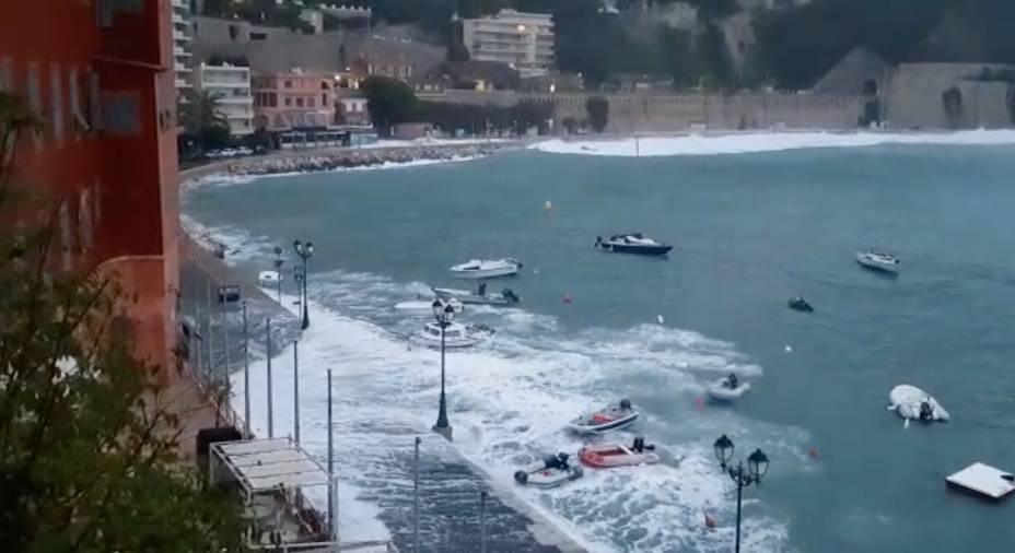 Ondas inundam as ruas de Villefranche-Sur-Mer, na França. Esta imagem foi obtida de um vídeo de mídia social — 23/11/2019
