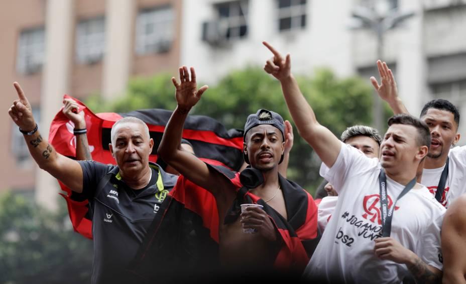 Desfile em carro aberto do Flamengo para comemorar a conquista da Libertadores reúne milhares de torcedores no Rio de Janeiro
