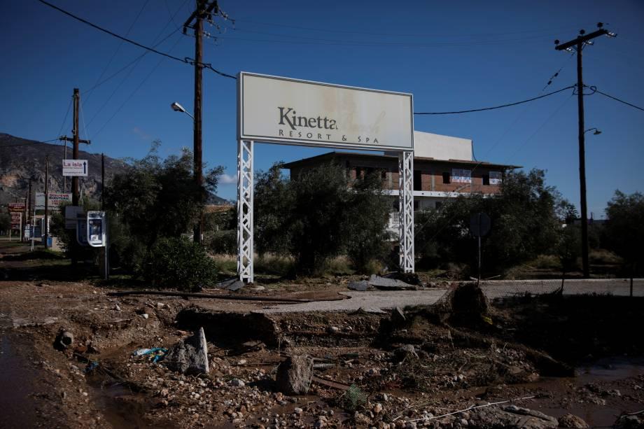 Asfalto danificado após inundações na cidade de Kineta, na Grécia - 25/11/2019