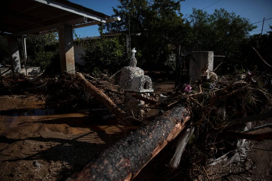 Um santuário é visto entre os destroços após inundações na cidade de Kineta, Grécia - 25/11/2019