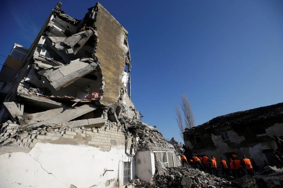 Pessoal de emergência trabalha perto de um prédio danificado em Thumane, Albânia — 26/11/2019
