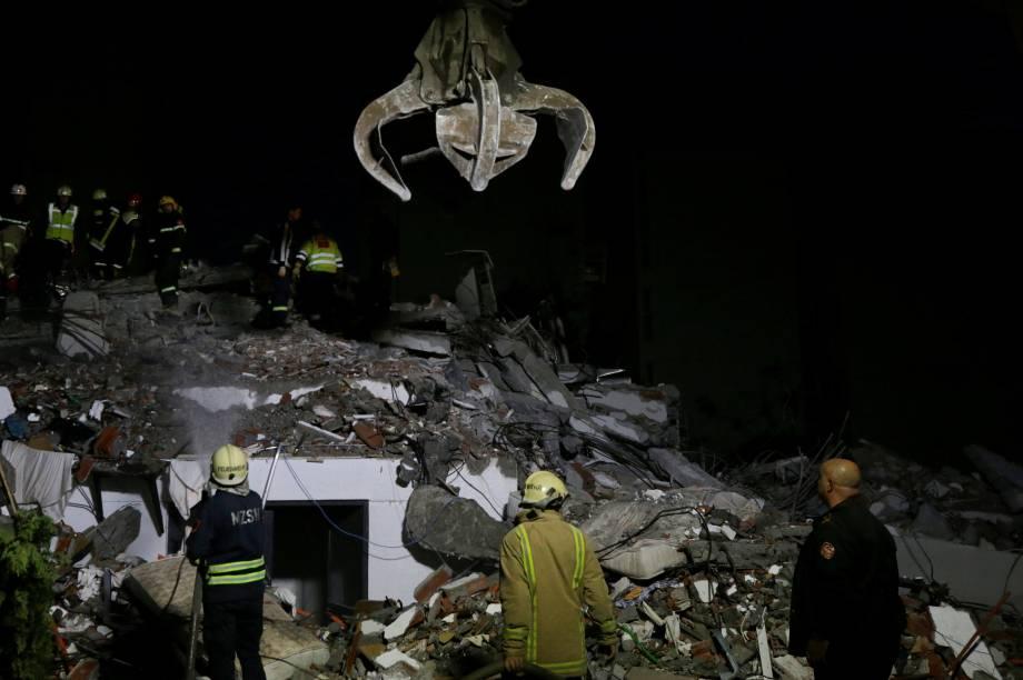 Pessoal de emergência trabalha no local de um prédio desabado em Durres, no litoral da Albânia — 26/11/2019