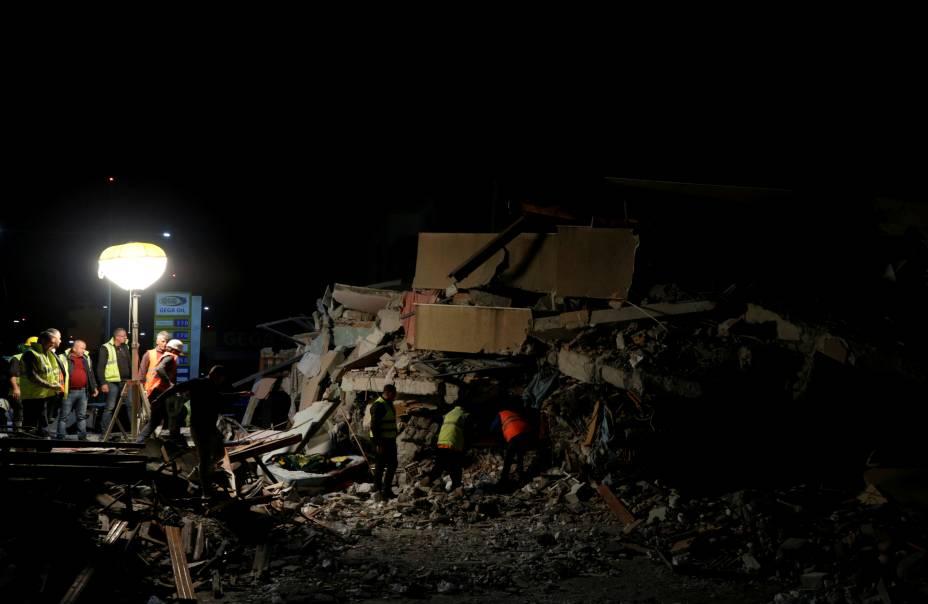 Pessoal de emergência trabalha no local de um prédio desabado em Durres, logo após um terremoto atingir a Albânia — 26/11/2019