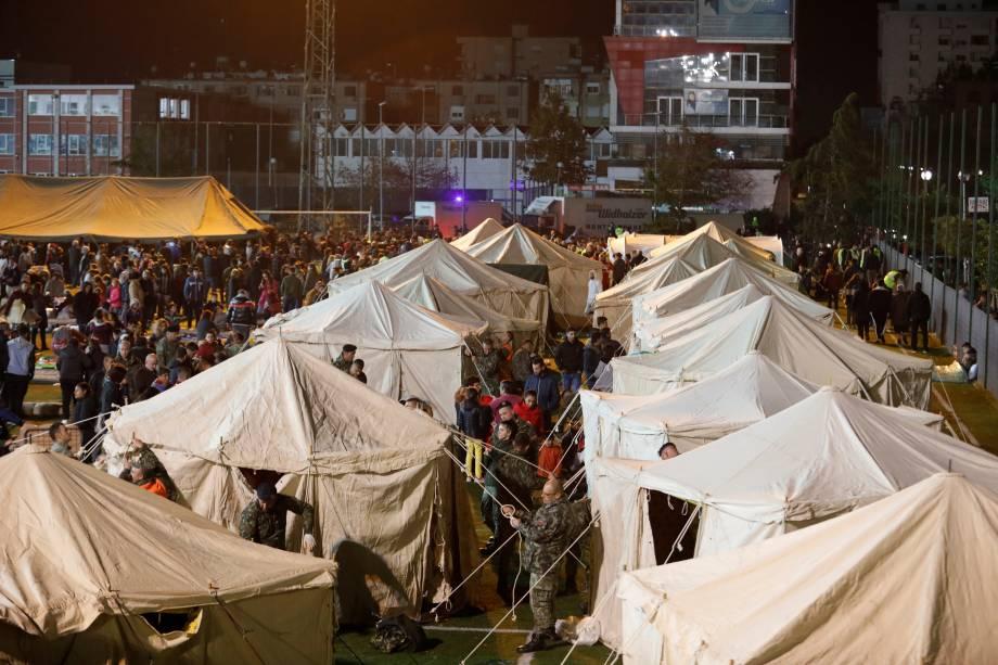 Uma visão geral de condenados em um acampamento improvisado em Durres, no litoral da Albânia — 26/11/2019