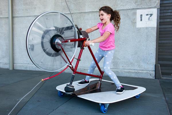 Criança brinca em equipamento do museu Exploratorium de São Francisco (EUA)