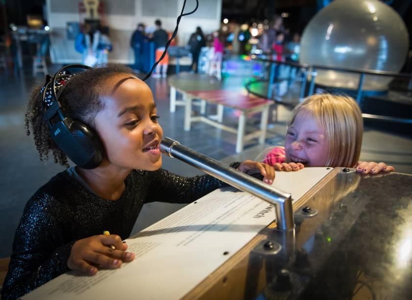 Crianças se divertem no museu Exploratorium, em São Francisco (EUA)