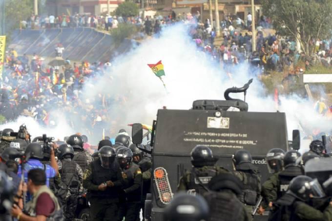 Policiais e militares enfrentam manifestantes em Chapare