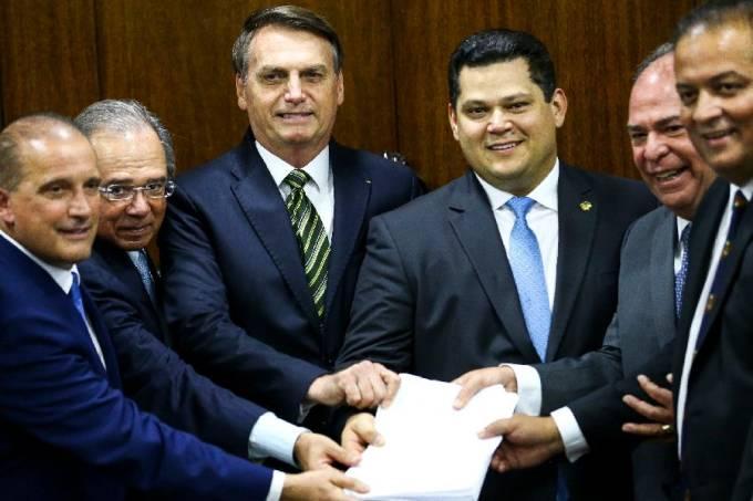 Jair Bolsonaro e Paulo Guedes entregam pacote de medidas ao presidente do Senado, Davi Alcolumbre