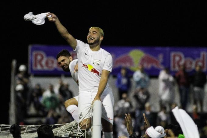 Jogadores do Bragantino comemoram título da Série B