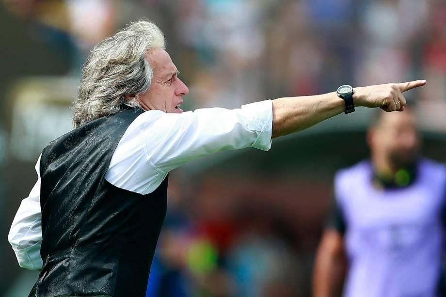 O técnico do Flamengo, o português Jorge Jesus, orienta seus jogadores à beira do gramado em Lima