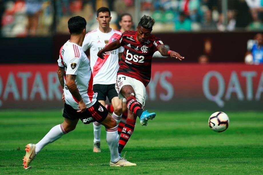 Bruno Henrique pouco fez no primeiro tempo da decisão da Libertadores contra o River Plate