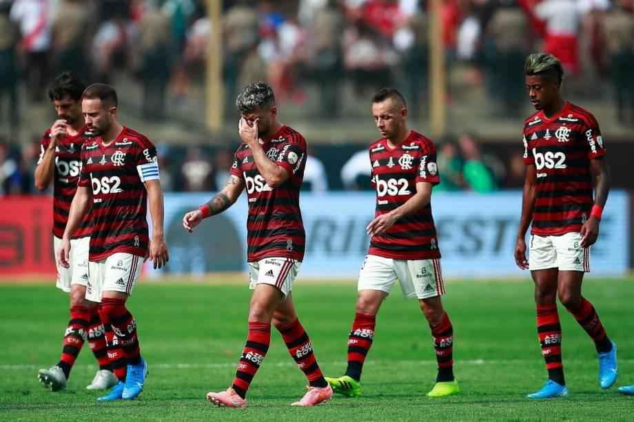 Os jogadores do Flamengo lamentam a atuação na primeira etapa da final da Libertadores