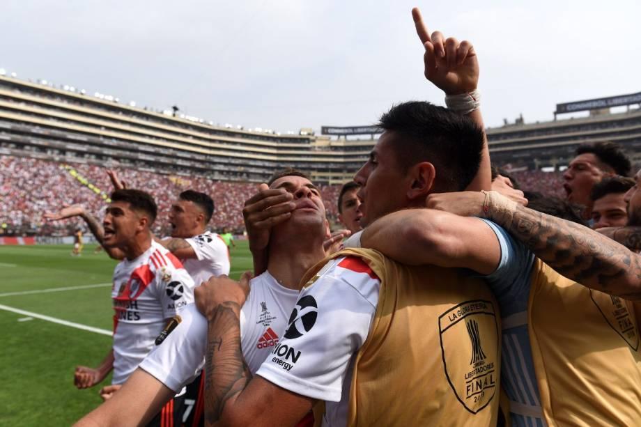 Borré (de frente, ao centro) comemora o primeiro gol do River na final da Libertadores
