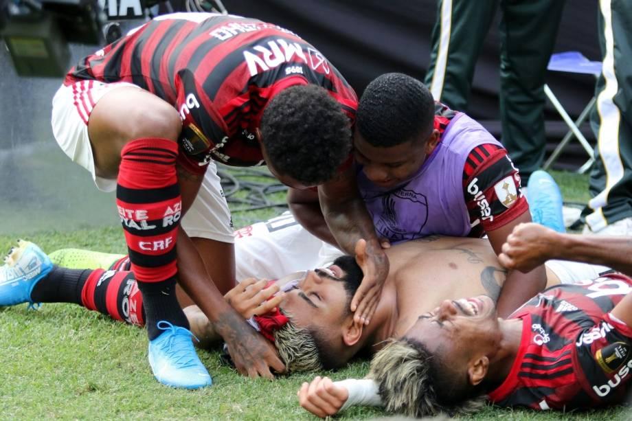 Gabriel Barbosa é abraçado pelos companheiros após marcar o gol que garantiu o título da Libertadores para o rubro-negro