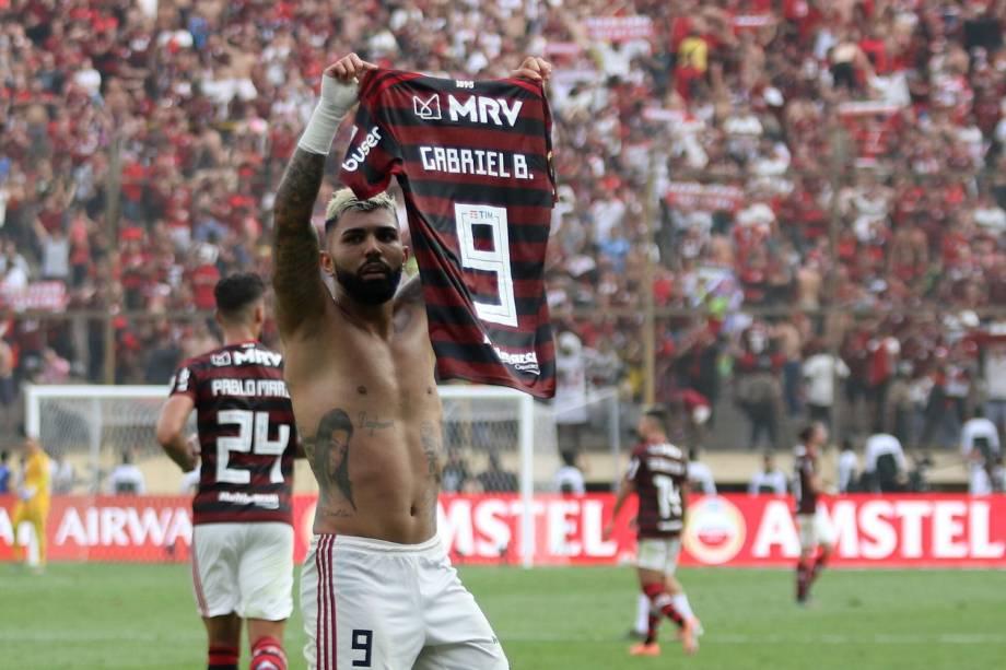 A la Messi, Gabigol exibe para a torcida a sua camisa após decidir a final da Libertadores em favor do Flamengo